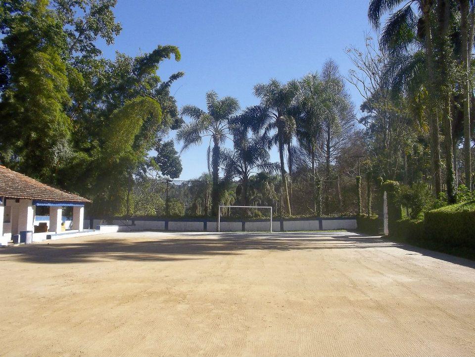Campo de Futebol com a area da piscina e a casa no fundo