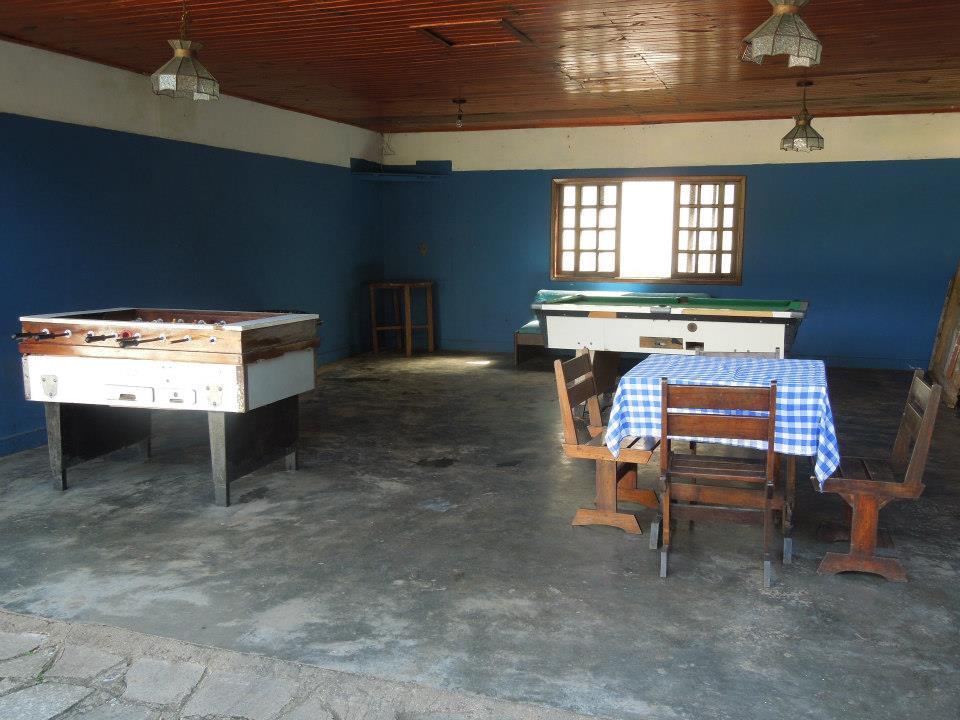 O salão de jogos que tem mesa de bilhar, pebolim e ping-pong (retirado no dia) alem de mesa para jog