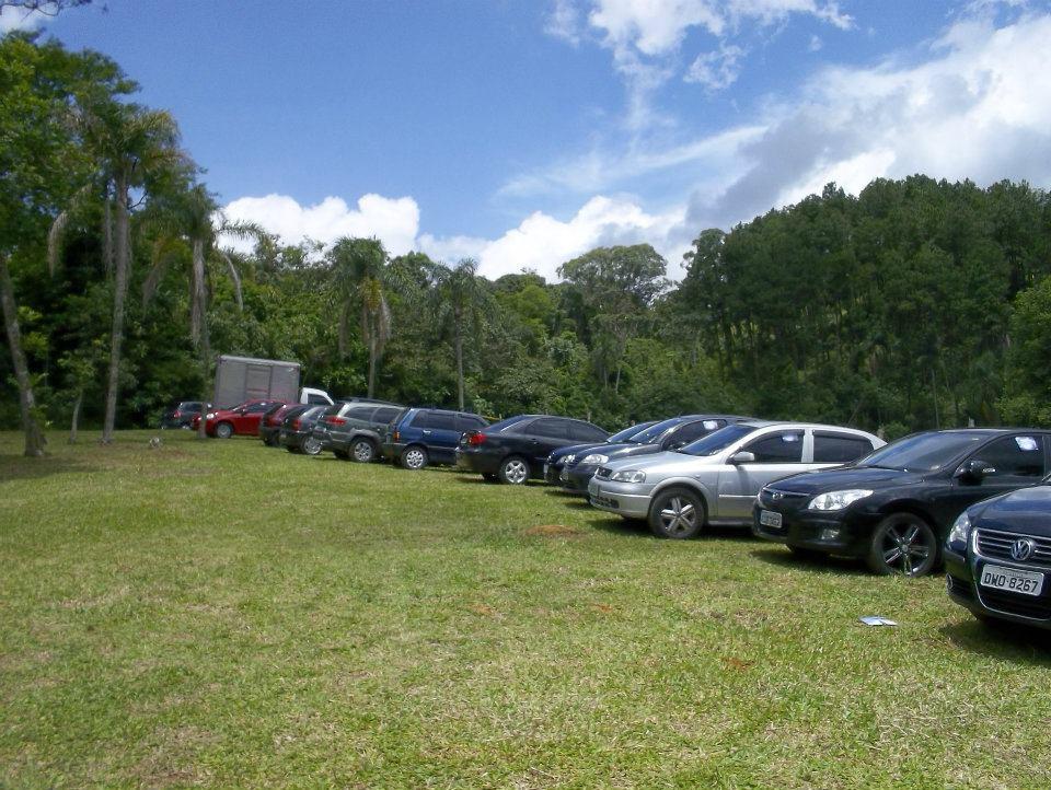 Amplo estacionamento para 150+ carros.